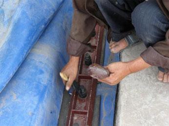 13、涂抹黄油保护螺栓